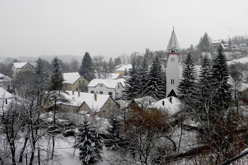 Kevés helyen esik a hó, de a Dunakanyarban található Zebegénynél lehet számítani a hiánycikknek számító havas táj látványára. A környéken érdemes körbenézni, a Maróti sétány elvezet a Kálvária-dombra, ahonnan gyönyörű kilátás nyílik.