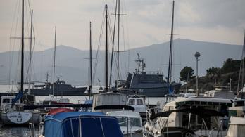 Hadihajók állomásoznak Splitben az Eb-selejtezős stadion mellett