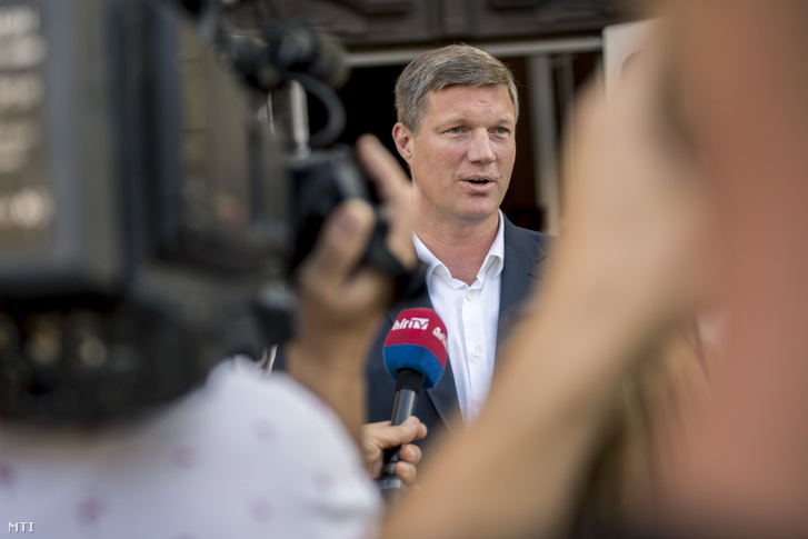 Vári Attila a Fidesz-KDNP és az Összefogás Pécsért polgármesterjelöltje nyilatkozik a pécsi városházánál 2019. augusztus 28-án.