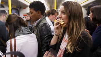 Betiltaná az étkezést a tömegközlekedési eszközökön a brit egészségügyi főtanácsadó