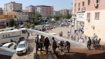 Vízágyúval oszlatták szét Törökországban a szíriai offenzíva ellen tiltakozókat
