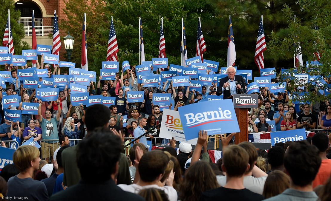 Bernie Sanders egyetemi hallgatóknak tart beszédet a kampánya részeként a demokrata elnökjelöltségért