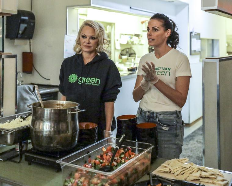 Ahogy azt már tudhatja, Pamela Anderson lelkes állatvédő, ezért természetesen vegán étrenden él, így mi mással kampányolhatott volna a politikusnőért, minthogy közösen főz vele valamilyen vegán finomságot