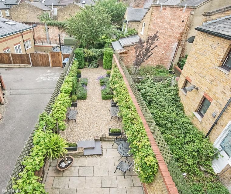 A házat, aminek a kertje ma már egészen másképp néz ki, mint 100 évvel korábban, most eladásra kínálják