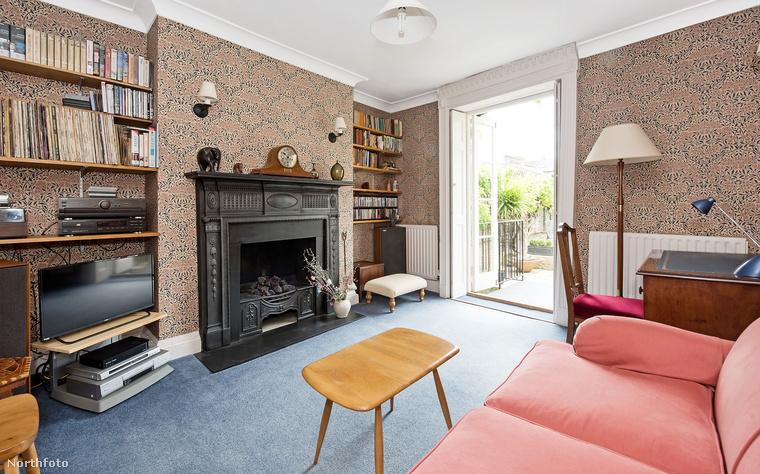 A lakás talán legkellemesebb része a nappali, aminek meg kell hagyni, elég bizarr tapétája van, de a kandallója csodaszép