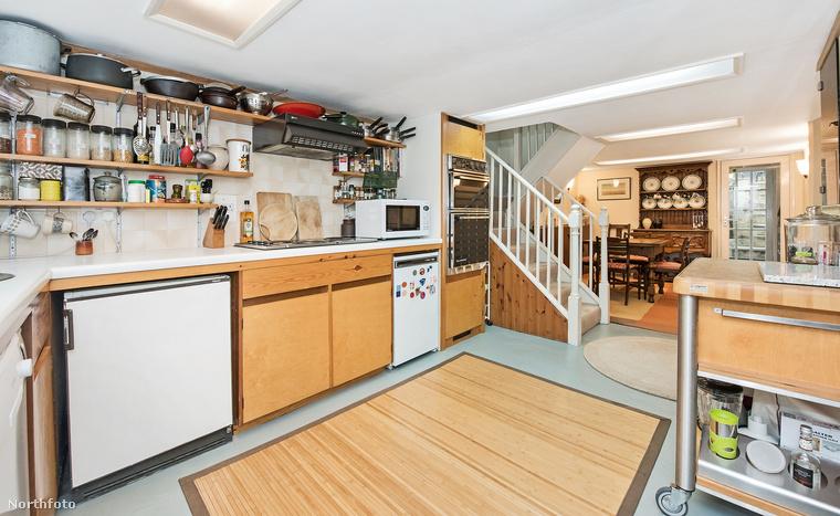 A háromszintes lakásban 3 hálószoba található, a konyhája amerikai típusú, vagyis egybe van nyitva a nappalival