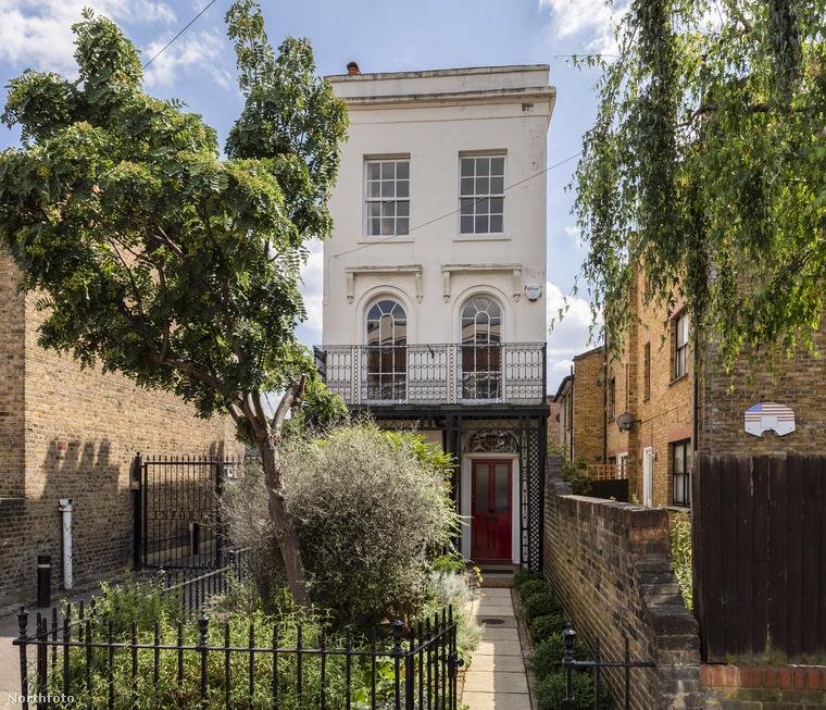 A képen egy Londonban található viktoriánus kori házat lát, aminek az udvarában jó 100 évvel ezelőtt még óvszert gyártottak