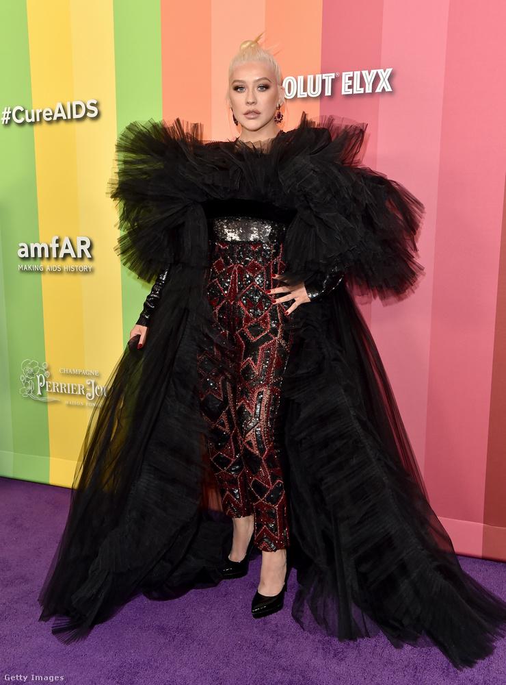 Christina Aguilera már most megelőlegezte a Halloween hangulatát ezzel a nagy fekete kabáttal.