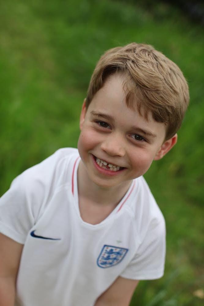 Katalin hercegné készítette ezt az édes fotót, amin kisfia egy angol focimezben pózol.