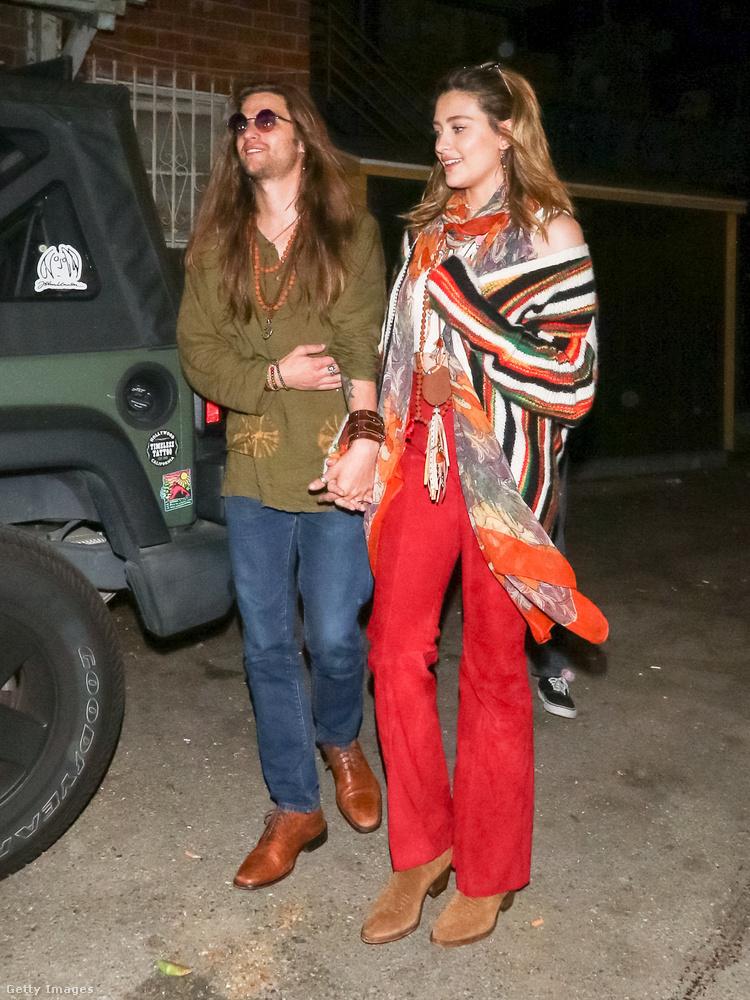 """Március 31-én már vissza is tértek a szokásos """"gazdagok vagyunk, de azért hippiskedünk"""" stílushoz."""