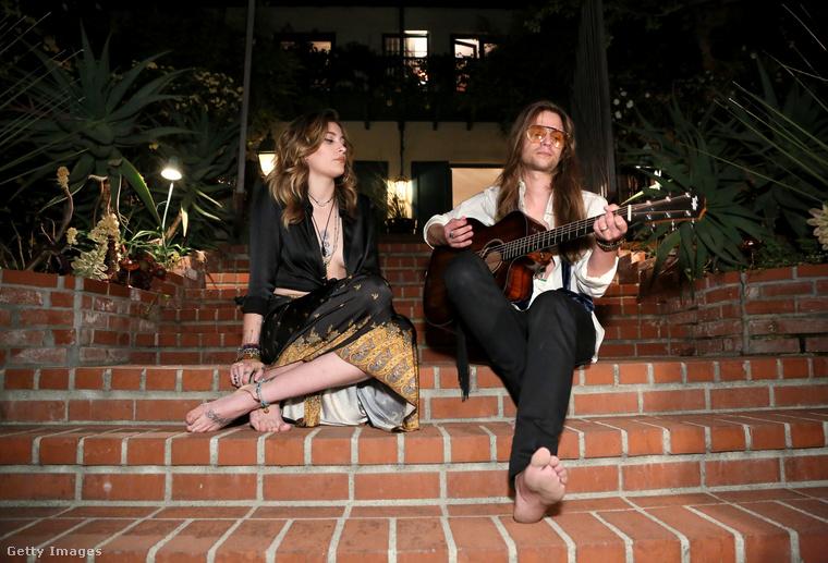 Ekkor is adtak egy exkluzív akusztikus koncertet, csak úgy, ahol éppen voltak, Los Angelesben a lépcsőn