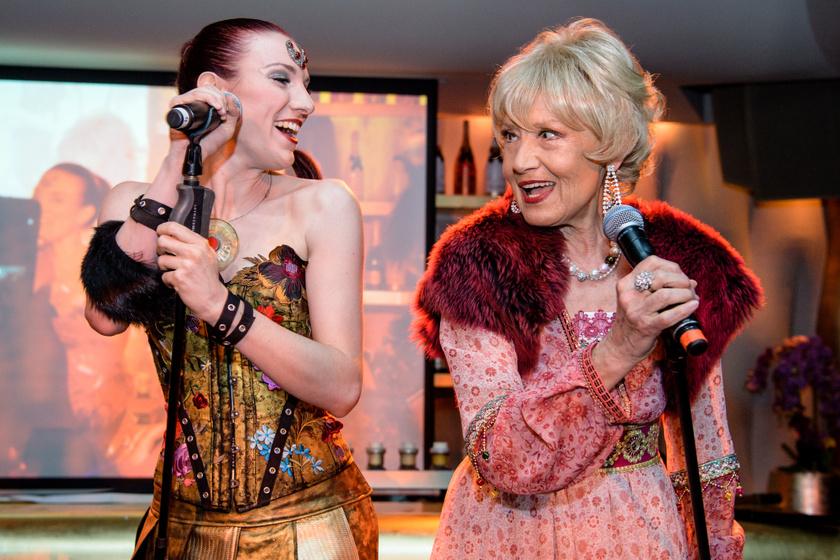 Késmárky Marika a Dschinghis Khan másik énekesnőjével, Angelika Erlacherrel.