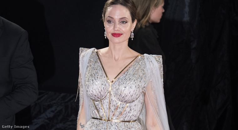5. Angelina Jolie ezüstben