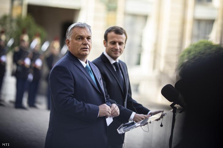 Orbán Viktor miniszterelnök (b) és Emmanuel Macron francia államfő sajtónyilatkozatot tesznek Párizsban