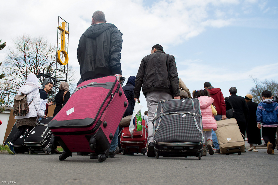 Szíriai menekültek érkeznek a friedlandi fogadóállomásra a közép-németországi Göttingen közelében 2016. április 4-én.