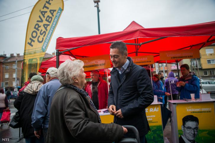 Horváth Csaba a XIV. kerület szocialista polgármesterjelöltje kampányol Budapesten a Bosnyák téren 2019. október 5-én