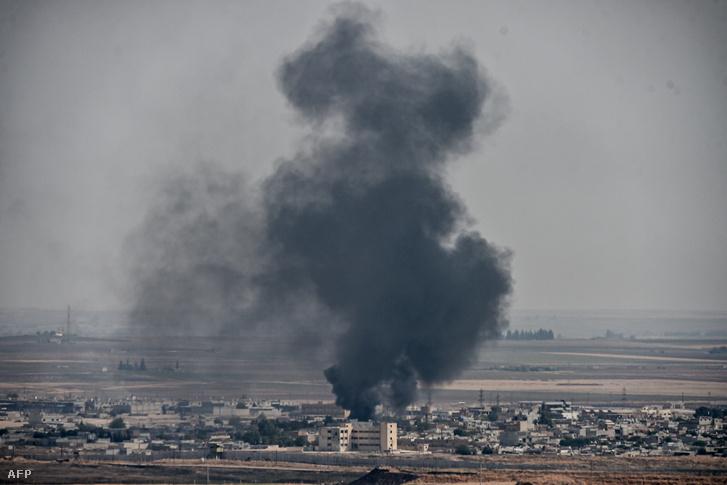 Füst száll fel Ras al-Ain városánál Szíriában a pénteki török bombázás során