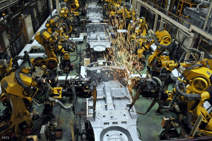 Robotok a karosszéria elemeit hegesztik össze a Suzuki esztergomi gyárában még 2011-ben
