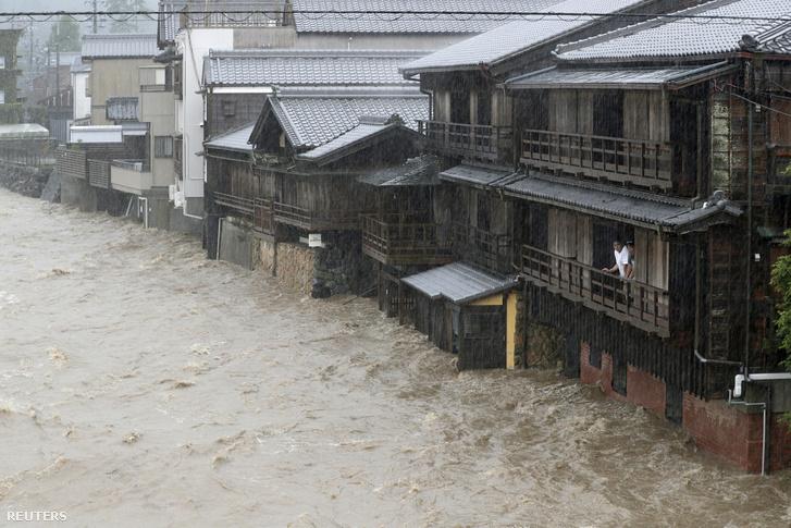 A Hagibisz tájfun miatt szombaton felduzzadt Isuzu folyó Isében