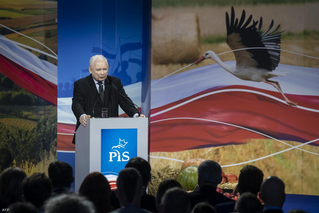 Jaroslaw Kaczynski tart beszédet a kampányzáró rendezvényen Kielcében 2019. október 9-én