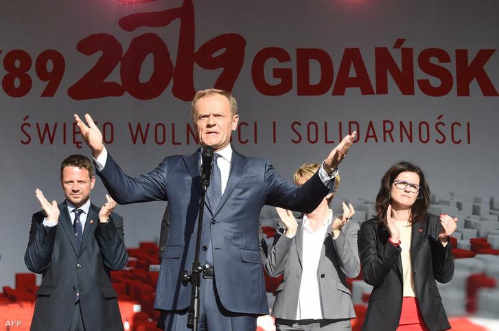 Donald Tusk beszél színpadon az első szabad parlamenti választások 30. évfordulóján Gdanskban 2019. június 4-én. Mellette balra Rafal Trzaskowski, Varsó polgármestere