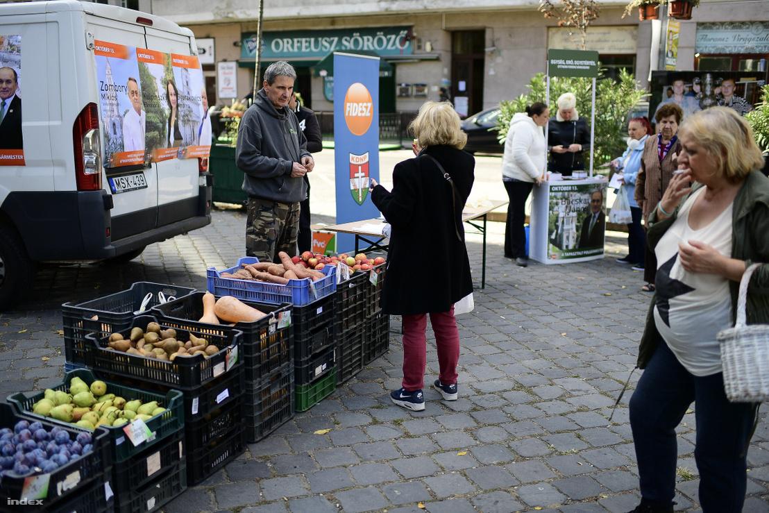 Krupmli és alma és egyéb gyümölcsök a Bakáts téren pénteken