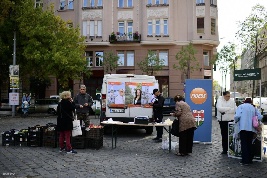 Kedvezményes zöldség és gyümölcs vásár a Bakáts téren Fidesz színekben 2019. október 11-én