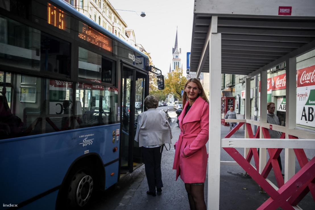 Baranyi Kriszta a Magyar Kétfarkú Kutya Párt által felállított buszmegállóban