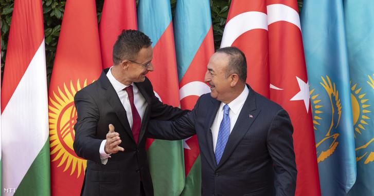 Szijjártó Péter külgazdasági és külügyminiszter (b) és Mevlüt Cavusoglu török külügyminiszter a Türk Tanács európai képviseletének megnyitóját megelőzően tartott munkareggelijük előtt az Ybl Villában 2019. szeptember 19-én