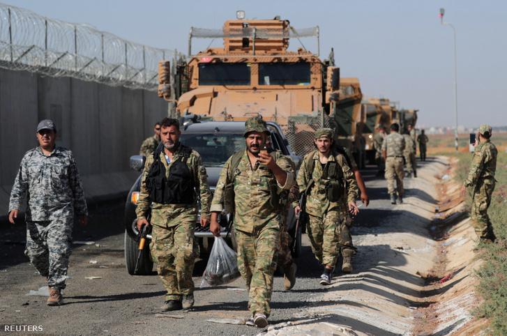 Török hátterű szír lázadó harcosok a török-szír határnál szombaton