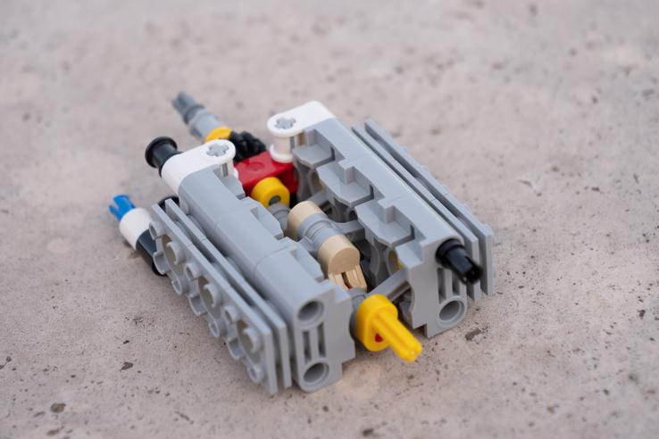 A blokkot hengerenként kellett összepattintani, így lényegében bármilyen motor összerakható a sornégytől V12-ig