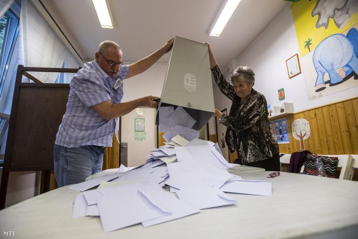A szavazatszámláló bizottság tagjai kiürítik az urnát és megkezdik a szavazatok számlálását a szavazóhelyiség bezárása után a budapesti Narancs Óvodában kialakított szavazókörben az EP-választás napján, 2019. május 26-án