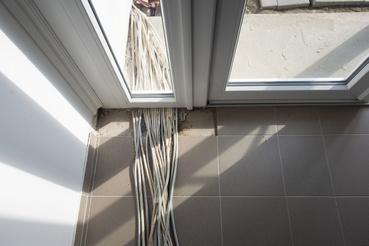 Nem túl szabályos áramkábelek elvezetése az ajtó alatt