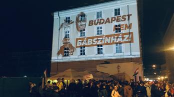 Karácsony vezetésével a tüntetők bementek a városházára