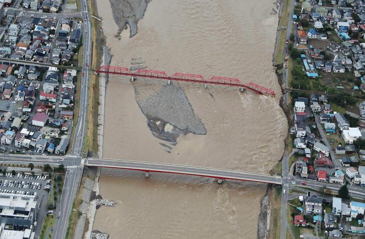 Egy sérült vasúti híd a Chikuma folyón