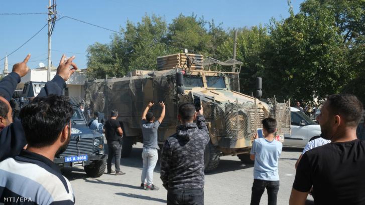 Helyi lakosok üdvözlik a török katonákat akik páncélozott harci jármûvekkel tartanak Észak-Szíria felé a délkelet-törökországi Sanliurfa tartomány Akcakale településén 2019. október 10-én.