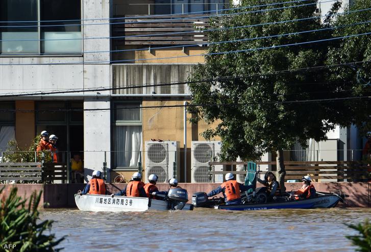 Csónakokkal evakuálják az embereket a Kawagoe Kings Garden időskorúak gondozási központjából