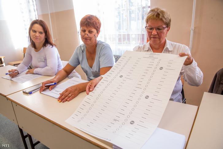 Szavazólap a kunágotai általános iskolában kialakított szavazókörben 2019. október 13-án. A településen - ahol 49 egyéni listás jelölt indul - szavaznak az ország legnagyobb 420x635 milliméteres szavazólapjával.
