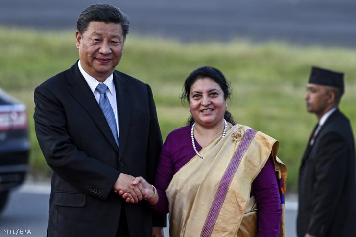 Bidija Dévi Bandari nepáli államfő (j) fogadja Hszi Csin-ping kínai elnököt a katmandui Tribhuvan nemzetközi repülőtéren 2019. október 12-én