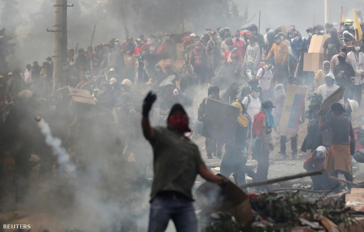 Tüntető dobja vissza a könnygázgránátot a rendőrök felé Quitóban szombaton