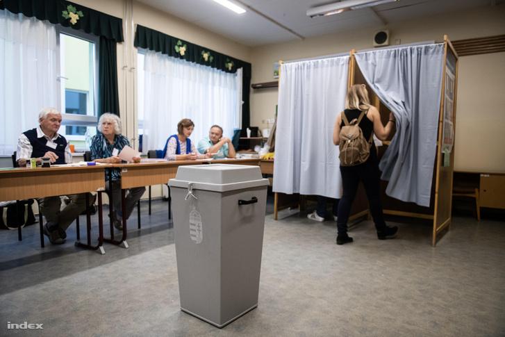 Választók egy szegedi szavazókörben