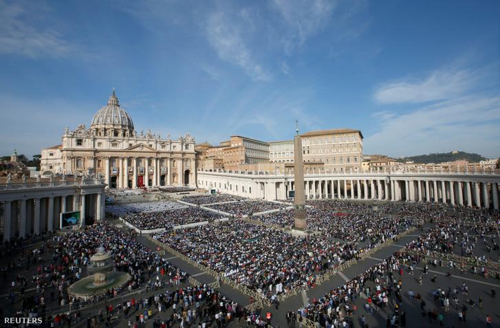 Szentté avatásra összegyűlt tömeg a Vatikánban