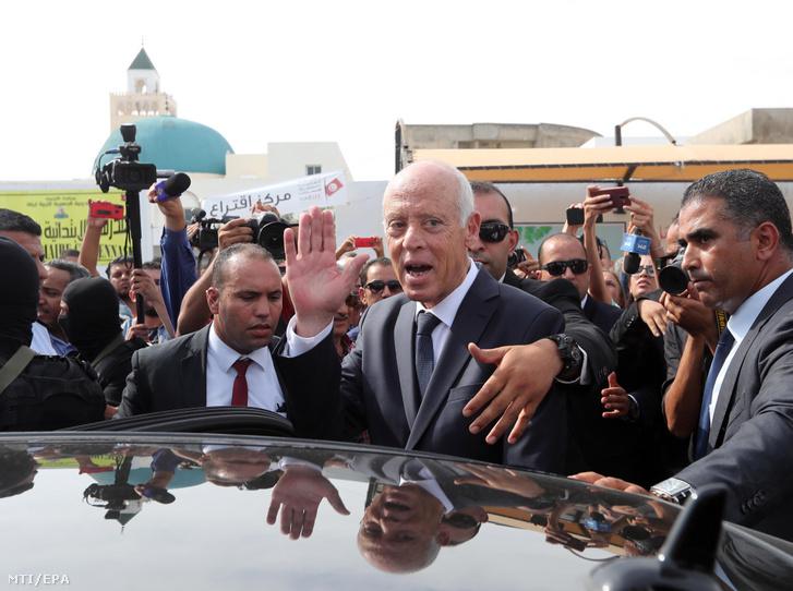 Kaisz Szaíd tunéziai jogászprofesszor elnökjelölt (k) miután leadta szavazatát az elnökválasztás második fordulójában Tuniszban 2019. október 13-án.