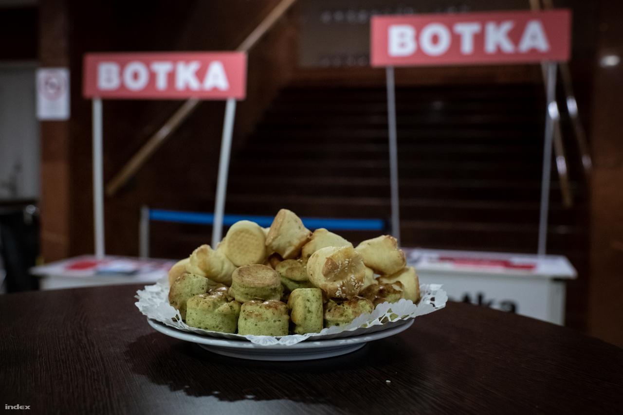 Botka László szegedi eredményváró rendezvényén este 8-ig feszült pogácsa- és kolbász-falatozással, továbbá a magyar-azeri meccs megtekintésével telt az idő. Utána, az eredmények érkezésekor óriási őrjöngésbe fordult a lapos hangulat.
