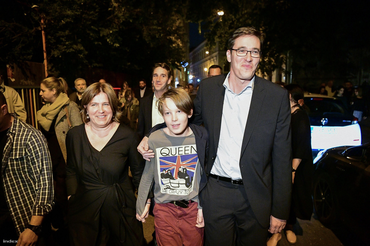 Az új főpolgármester családja körében vonult győzelmi beszédet mondani, és külön megköszönte nekik, hogy kibírták a kampány olykor gyomorforgató részeit.