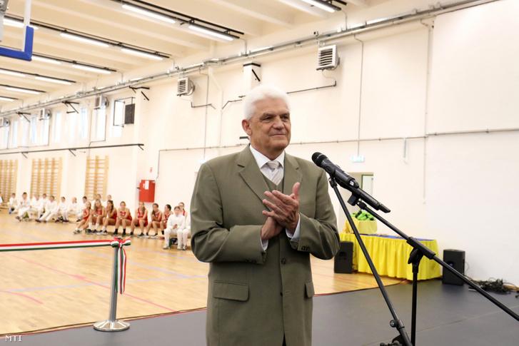 Szalay Ferenc (Fidesz–KDNP), Szolnok polgármestere beszédet mond a felújított és kibővített B. Nagy Pál Sportcsarnokban az átadóünnepségen 2019. szeptember 24-én