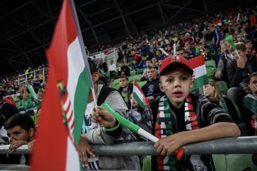 Nagyon fegyelmezetten sorakoztak a meccs előtt a gyerekek a Fradi stadionja előtt, a helyszínen csak ők láthatták a magyar válogatott vasárnapi Európa-bajnoki selejtezőjét.