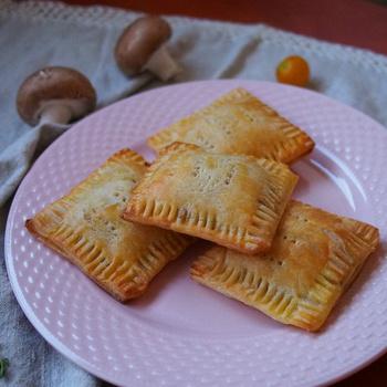 Gyors és egyszerű gombás-májas táska: a leveles tésztával nincs sok macera