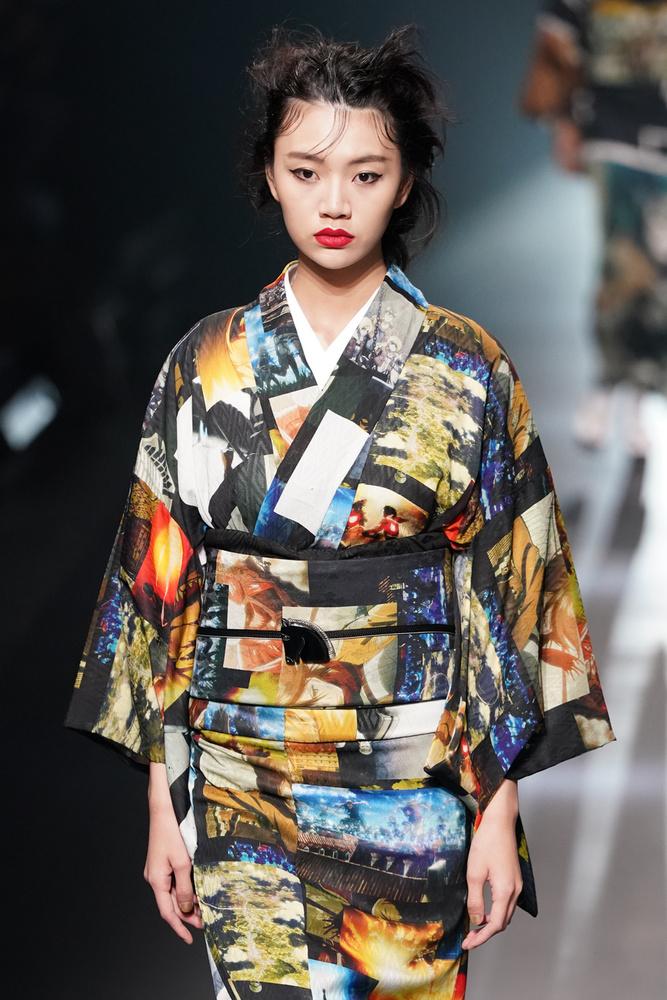 Ha divatbemutatókról írunk, általában a merész szabású ruhák és a mély dekoltázsok miatt tesszük