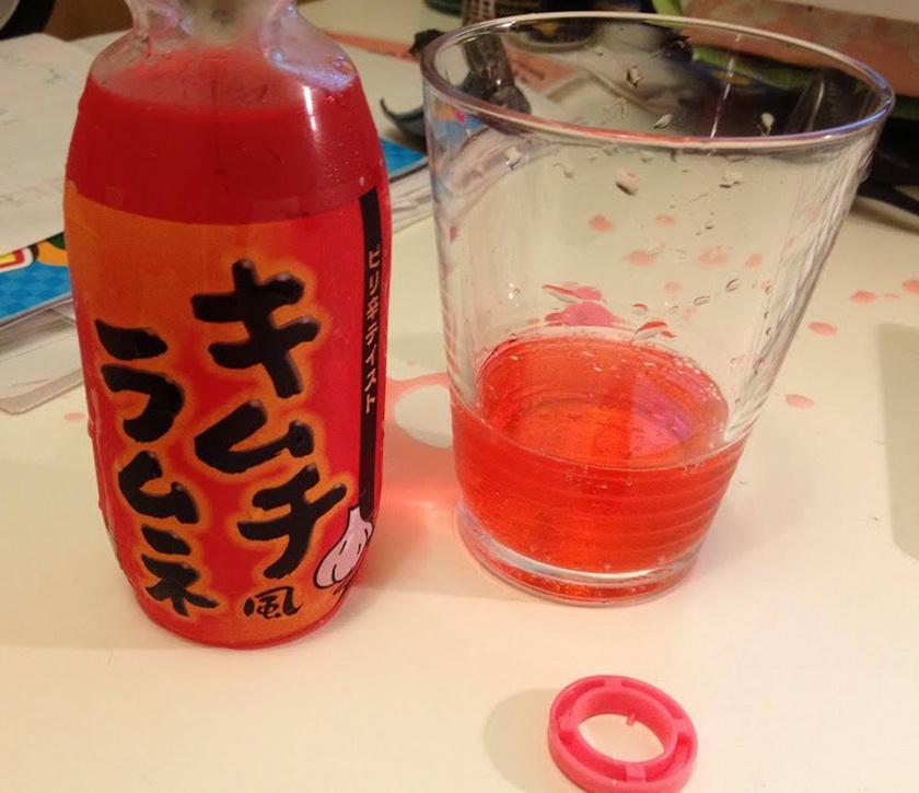 Japánban népszerű az érdekes csomagolással és ízesítésekkel piacra dobott Kimchi Soda, ami rágógumi, curry, vagy akár wasabi ízesítésben is kapható. Az alkoholmentes szénsavas ital íze a beszámolók alapján a valóságban jobb, mint ahogyan hangzik.